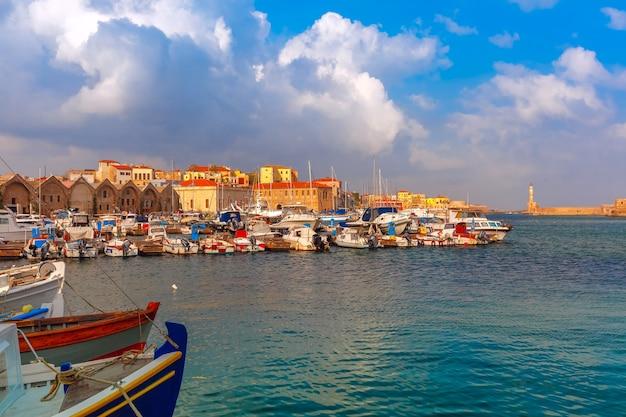 Antigo porto pela manhã, chania, creta, grécia