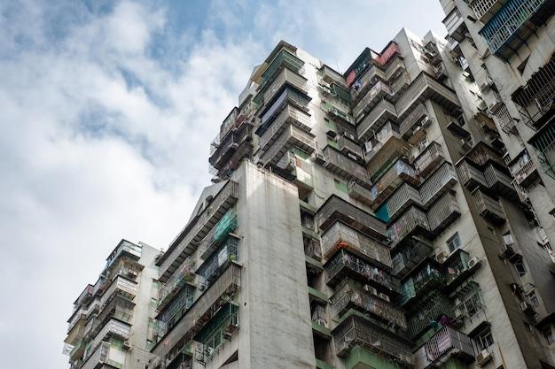 Antigo prédio de apartamentos com terraço de decaimento