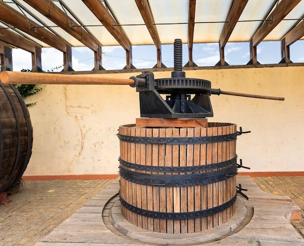 Antigo prensa de vinho de madeira em uma vinícola shabo, odessa, ucrânia
