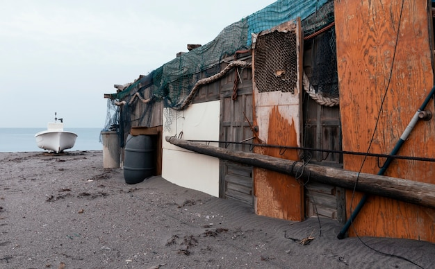Antigo quartel e barco à beira-mar