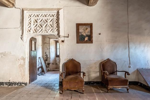 Antigo salão de um castelo com poltronas
