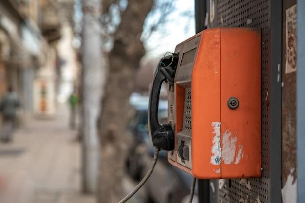 Antigo telefone público vermelho na rua da cidade