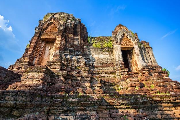 Antigo templo de pagode quebrado budista construído em tijolo vermelho e pedras