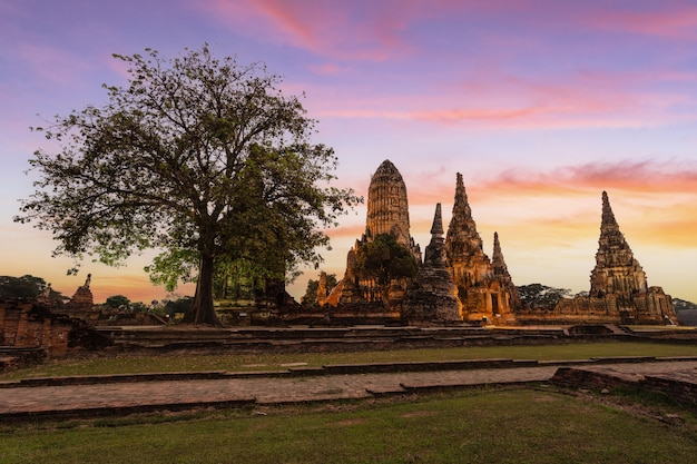 Antigo templo wat chaiwatthanaram da província de ayutthaya (parque histórico de ayutthaya), tailândia