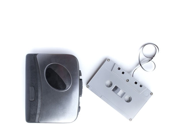 Antigo toca-fitas e fita cassete isolada no espaço em branco