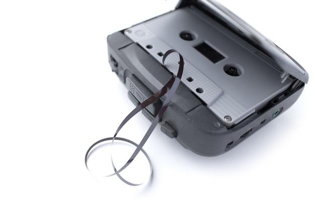 Antigo toca-fitas e fita cassete isolada no fundo branco