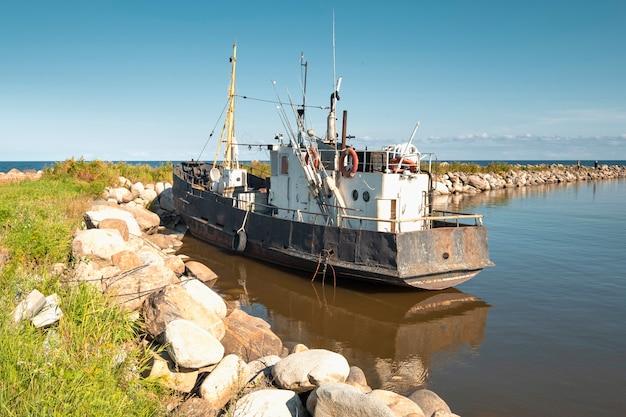 Antigo trailer de pesca à beira do lago no verão