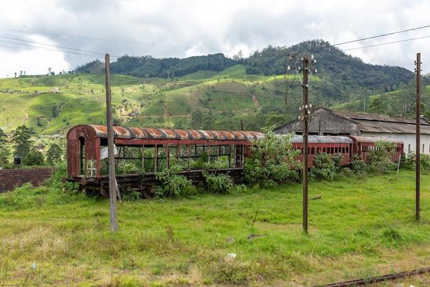 Antigo vagão de passageiros abandonado do trem.