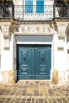 Antigo vintage de madeira com porta de metal da europa clássica