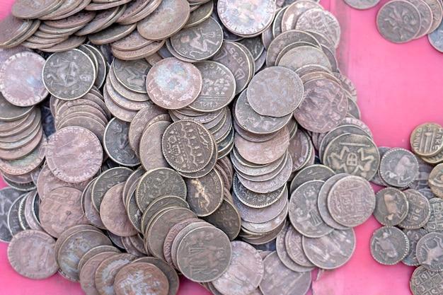 Antigo, vintage fundo de moedas indianas no mercado indiano na rua em rishikesh, índia. fechar-se.
