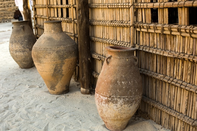 Antigos jarros de barro no museu histórico de dubai