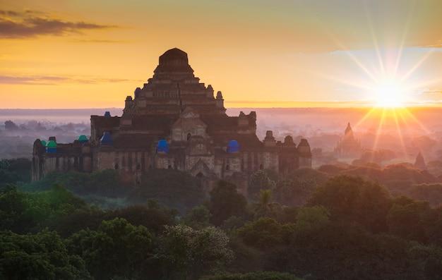 Antigos pagodes na zona arqueológica de bagan em bagan mianmar