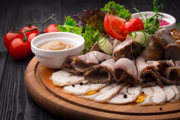 Antipasto de aperitivo de carne no fundo de madeira