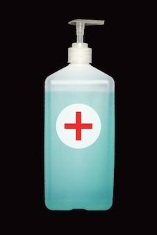 Antisséptico líquido para desinfecção de mãos e rosto com rótulo branco vazio no rótulo branco em dispensador alto de plástico isolado no fundo preto.