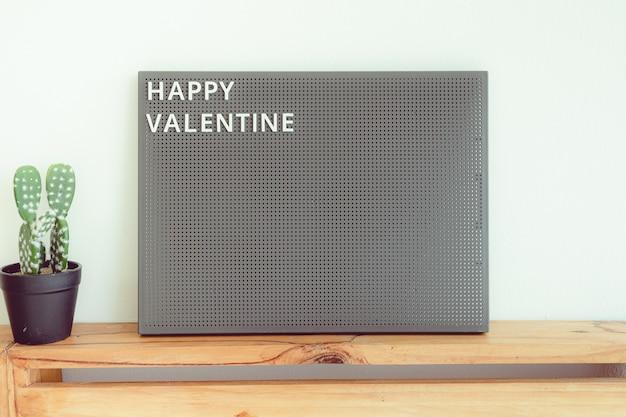 Anuncie pegboard com texto feliz dia dos namorados no conceito de amor e dia dos namorados.