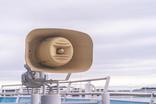 Anúncio do megafone fala em um cruzeiro oceânico
