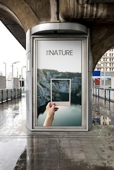 Anúncio em uma cidade chuvosa
