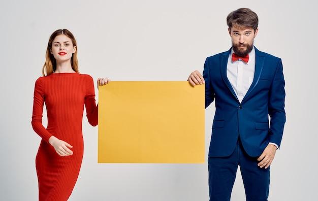 Anúncio homem e mulher cartaz maquete luz de fundo. foto de alta qualidade