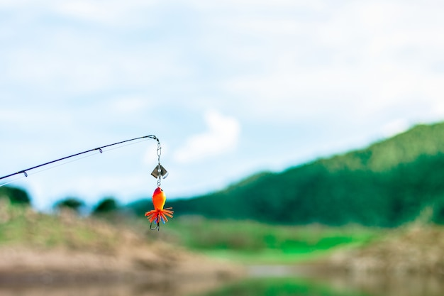 Anzóis e iscas de pesca no lago. - pescaria.