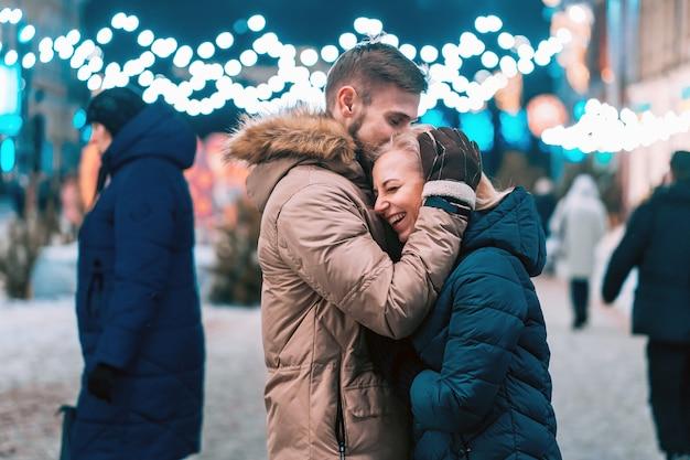 Ao ar livre, fechar o retrato do jovem casal lindo posando na rua