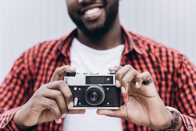 Ao ar livre, sorrindo, estilo de vida, retrato, bonito, feliz, afro-americano, turista, se divertindo, cidade, europa, câmera, viagem, foto, fotógrafo, fazer, fotos, hipster, estilo