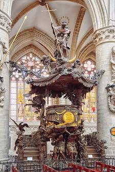 Ao lado da catedral de são miguel e santa gúdula é uma igreja católica romana em bruxelas