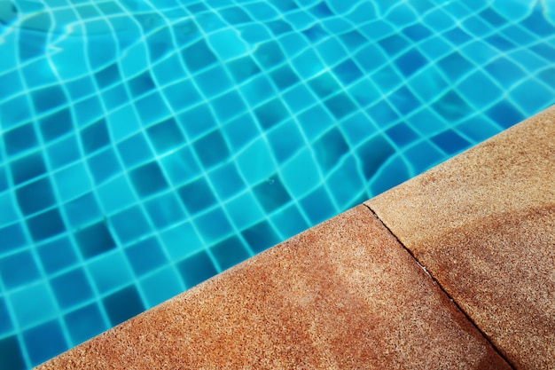 Ao lado da piscina no hotel.