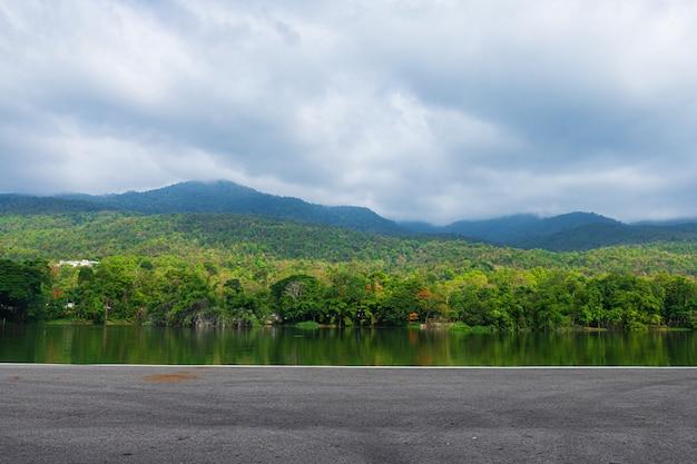 Ao longo da opinião da paisagem da estrada em ang kaew chiang mai university forested mountain.