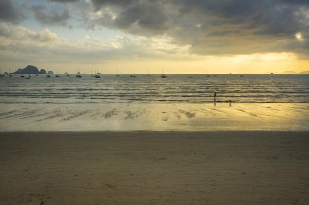 Ao nang praia antes do pôr do sol em krabi, tailândia