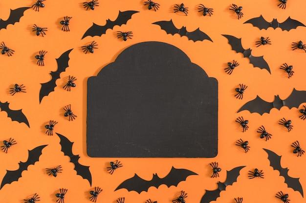 Ao redor são decorados com aranhas decorativas e morcegos de halloween.