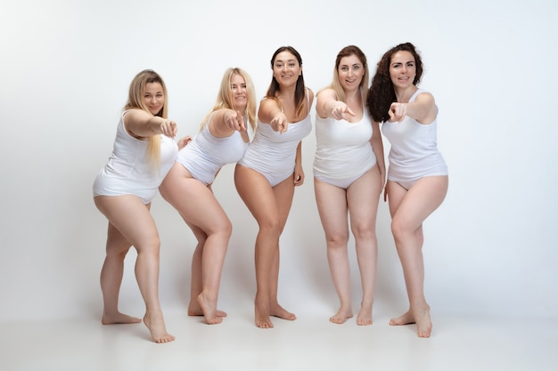 Apaixonado por mim mesmo. retrato de mulheres bonitas e plus size posando em branco