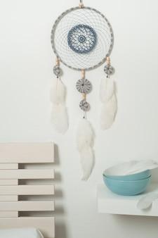 Apanhador de sonhos azul com penas brancas