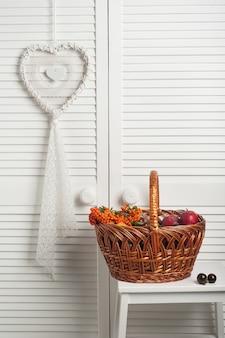 Apanhador de sonhos branco com cesta de outono