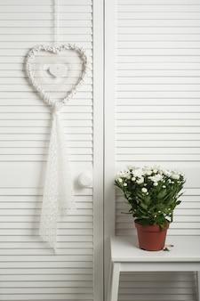 Apanhador de sonhos branco com flores