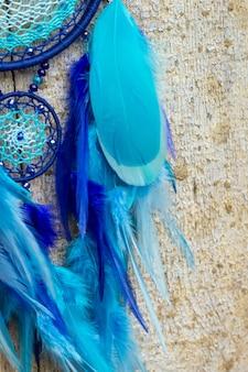 Apanhador de sonhos com fios de penas e cordas de miçangas. apanhador de sonhos feito à mão