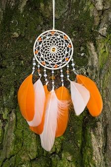 Apanhador de sonhos com fios de penas e cordões de miçangas. apanhador de sonhos feito à mão
