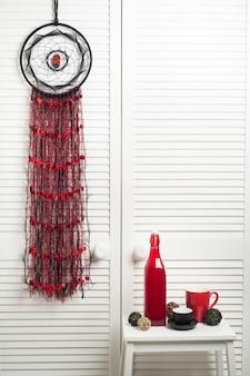 Apanhador de sonhos com fios pretos vermelhos