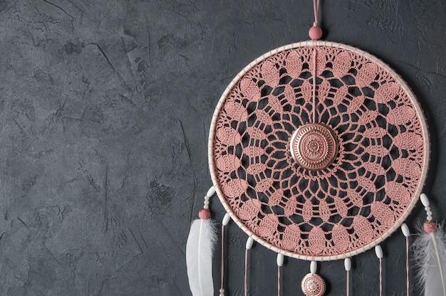 Apanhador de sonhos de guardanapo de crochê de cinza rosa