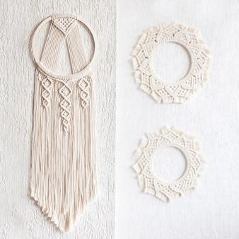 Apanhador de sonhos de macramé de algodão artesanal na parede branca