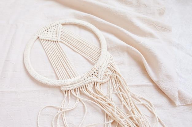 Apanhador de sonhos de macramé de algodão feito à mão durante a fabricação