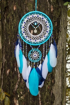 Apanhador de sonhos feitos à mão com fios de penas e contas de suspensão de corda