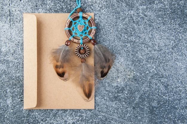 Apanhador de sonhos feitos à mão e envelope kraft