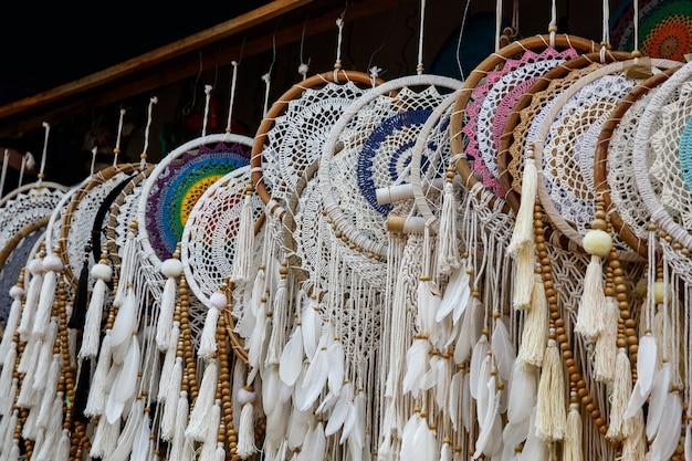 Apanhadores de sonhos na loja, close-up dos apanhadores de sonhos.