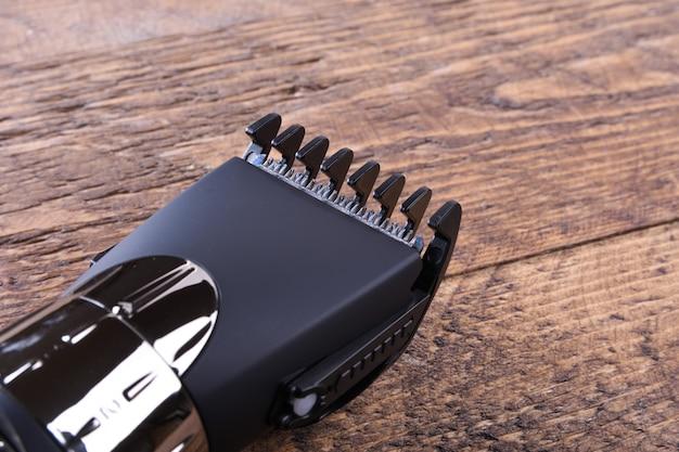Aparador com bicos. compra de um novo aparador sem fio. em uma mesa de madeira fechar-se.