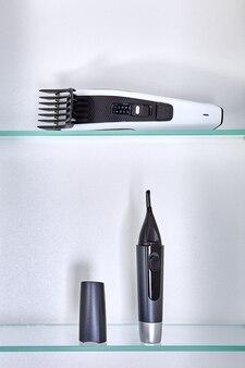 Aparador de cabelo sem fio para a cabeça de pessoas e aparador cosmético para remover os cabelos das orelhas e do nariz, coloque na prateleira do armário de parede do banheiro.