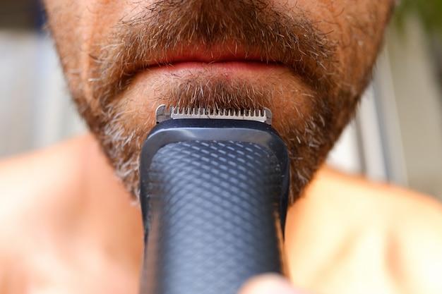 Aparador de cabelo usado para cortar a barba de um homem com pouco dinheiro para se salvar de ir ao cabeleireiro.