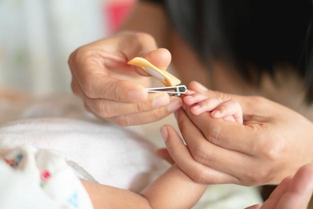Aparar a mão do bebê recém-nascido