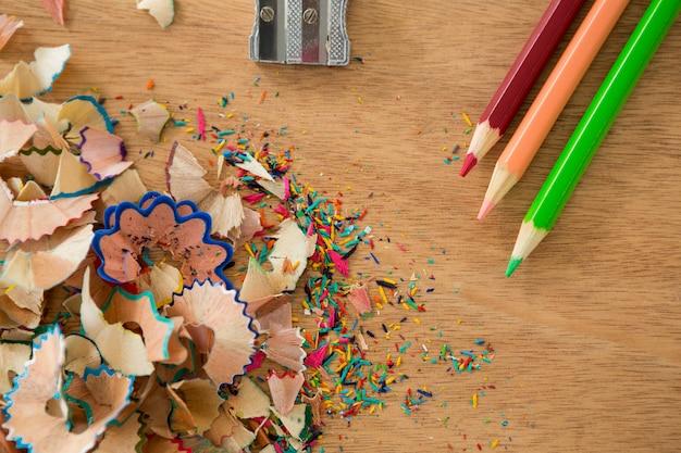 Aparas coloridas com lápis de cor e apontador