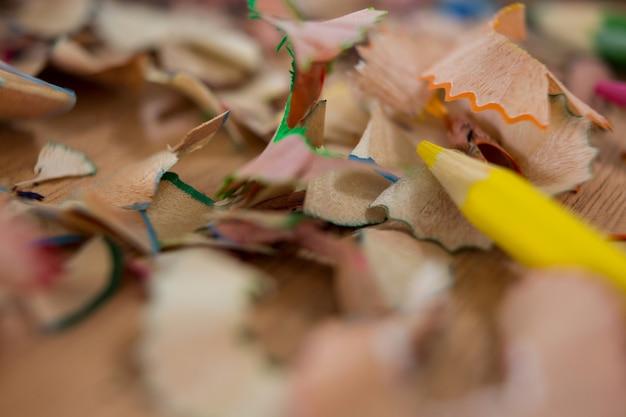 Aparas de lápis coloridas com lápis de cor amarela