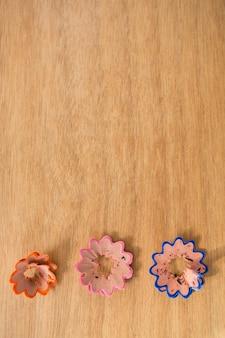 Aparas de lápis coloridos em forma de flor